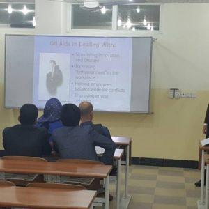 قوتابیەكی كارگێڕی كار سیمینارێك پێشكەش دەكات بە سەرپەرشتی مامۆستای یاریدەدەر احمد میسر