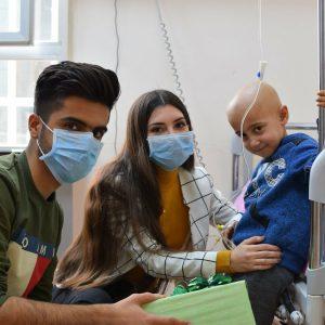 مبادرة طلابية لتقديم الهدايا الى الاطفال المصابين بالسرطان