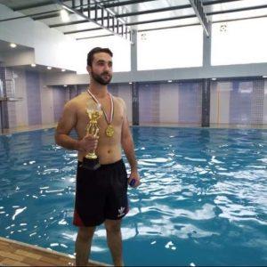فوز طالب من المرحلة الرابعه في بطولة للسباحة