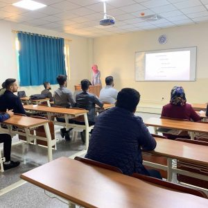 طالبة من المرحلة الرابعه تقدم سيمنارا في مادة شبكات الحاسوب